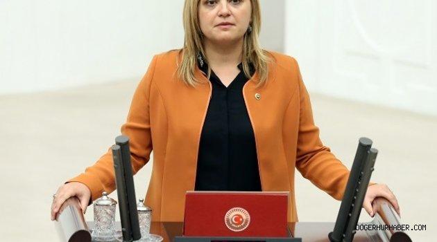 Burcu KÖKSAL Döğer Atatürk Büstünü Meclise Taşıdı